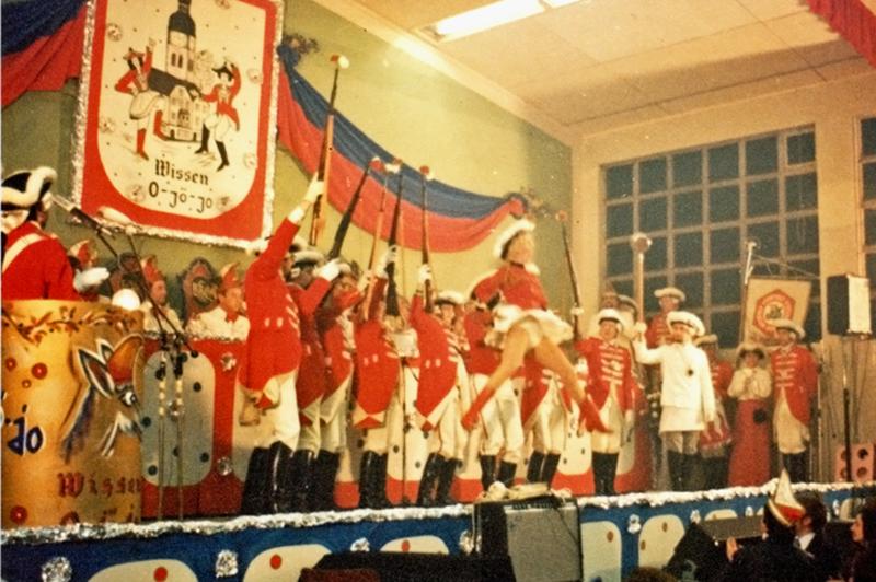Die Prinzengarde mit ihrem traditionellen Gardetanz bei der Prunksitzung, damals noch in der Stadionhalle.