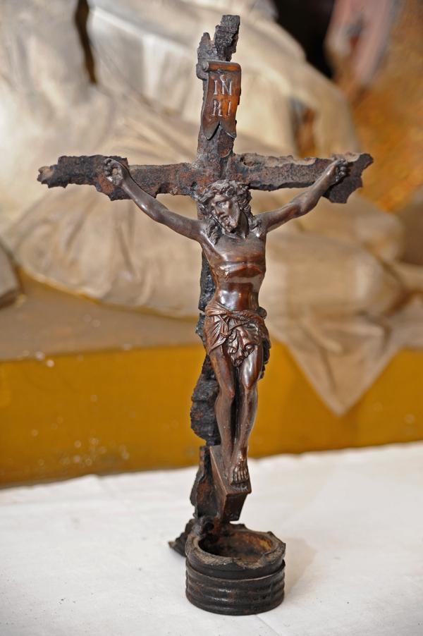 Das Kreuz auf dem Altartisch in der Krypta ist aus Bombensplittern zusammengebaut worden.