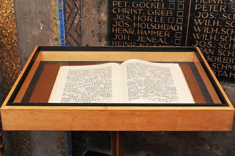 """In der Krypta, die sich im Turm der katholischen Pfarrkirche """"Kreuzerhöhung"""" befindet, sind in einem Buch die Menschen aufgeschrieben worden, die beim Luftangriff, am 11. März 1945, ums Leben kamen."""