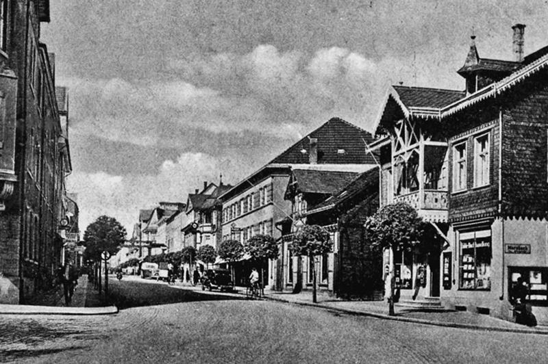 Heutige Rathausstraße, damals Adolf-Hitler-Straße, vor dem Krieg