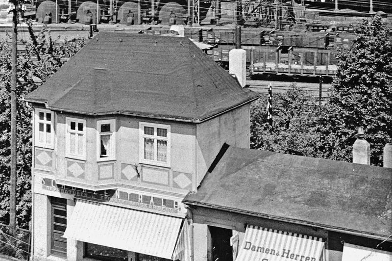 Geschäftshaus in der Nähe des Bahnhofs um 1940